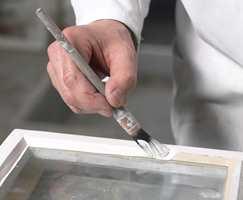 En rund, liten pensel gjør det enkelt å male kitt og ramme uten bruk av maskering