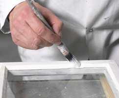 Husk å male noen millimeter inn på selve glasset. Det forsegler linoljekitten.