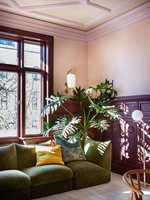 <b>KONTRAST:</b> I denne stuen er det en mer kompleks palett som gir rommet et sofistikert og eklektisk uttrykk. Brystingspanel og vindu i fargen Old Wine, vegger Skin Powder og øvrig listverk Old Rose, alle fra Pure&Original. (Foto: Pure & Original Paint)