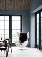 <b>RAMME:</b> Farge og nyanse må avstemmes i forhold til ønsket atmosfære og stil på rommet. I dette moderne rommet blir den mørke fargen en spennende ramme rundt utsikten. Veggene er malt i Turkish blue no 54 fra Flügger. (Foto: Flügger)