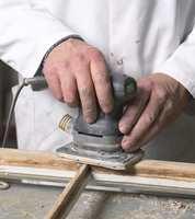 En liten slipemaskin, med relativt fint slipepapir ? for eksempel 120. Det gjør overflaten glatt og ren.
