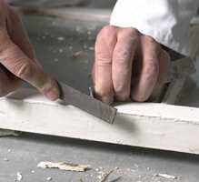Ha en fil for hånden, så holder du malingsskrapa skarp. Sløve skraper er lite effektive, og du kan lettere skade veden.