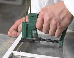 En stiftemaskin er et godt alternativ for festing av glass. En stift i midten av hver side på glasset holder.