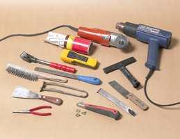 De elektriske verktøyene karosserisag og varmepistol forenkler arbeidet. Ellers trenger du bare manuelle verktøy.