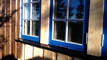 Skal du kjøpe nye vinduer, eller nettopp satt inn nye? Da er dette et tips til deg. Det er kjempeirriterende, men lett å få små skader og sår på det nymalte treverket under montering. Dessverre er det lett å overse det i farten, men det er mye å spare på å ta reparasjonen med en gang.