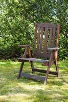 <b>VINDUSMALING: </b>Gamle, brune hagemøbler kan males og få nytt liv. Bruk dør- og vindusmaling til hagemøbler ute. Den dekker godt over kanter og har høy slitestyrke.