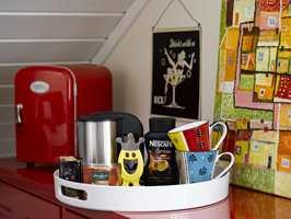 Et aldri så lite kjøleskap og vannkoker sørger godt for både kontorist og gjester.