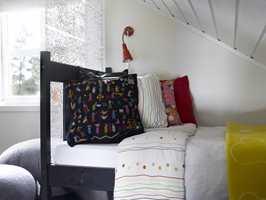 Sovesonen er skapt ved at sengen står innunder taket, med ryggen ut mot rommet, og ved hjelp av en transparent romdeler.