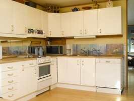Det gamle kjøkkenet var slitt, og det var ønskelig med med mer luft. Veggen mot stuen ble derfor revet, og ny innredning kom inn.