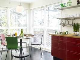 Spiseplassen er plassert i den lyseste delen av kjøkkenet. Gule vinduer stjal lys, så det å male dem hvite ga stor gevinst.
