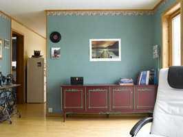 Før den ble revet: 90-tallsfarger og tapetbord med drueranker på veggen mot kjøkkenet.