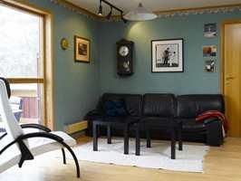 Mørke, utdaterte farger preget stuen før forandringen.