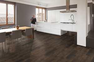 <b>KJØKKEN:</b> Aspecta Elemental fra Farveringen er et robust og stabilt gulv, som passer godt i rom med ekstra belastning fra fukt og søl. Gulvet er behagelig å gå på, vann- og fuktbestandig og et godt valg for kjøkken, entré, barnerom og vinterhager.