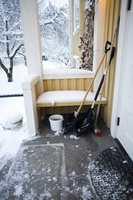 <b>VINTERVÆR:</b> For å unngå fallskader på vinteren, bør du enten fjerne isen eller lage friksjon. (Foto: Krefting)