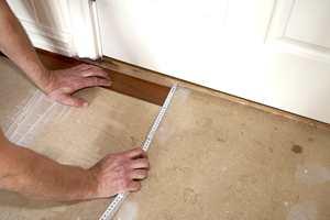 Begynn med å måle bredden på vinylstaven. Gang så opp denne lengden for å få et utgangspunkt hvor du begynner.