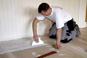 Fordel lim jevnt utover den første delen av gulvet. Et tips er å la limet vente til det har blitt klebrig.