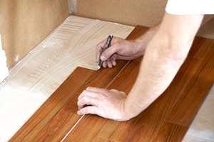Når første del av gulvet er ferdig, går du over på den ferdige delen, og begynner å arbeide deg utover fra det ferdiglagte gulvet. Vær forsiktig når du går på den nylagte vinylen, det er fort gjort å forskyve flisene, så her gjelder det å trå varsomt.