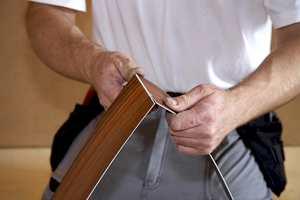 Kutting av stavene kan du gjøre ved først å lage et snitt på oversiden av staven med en linjal og en kniv. Deretter kan du brette staven, og bruke en krummet kniv fra baksiden til å kutte den i to.