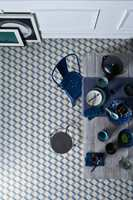 <b>KUBISTISK: </b>Kontrastene skaper kreative mønstre med 3D-effekt. Vinylgulvet heter Tarkett Trend Cube Tile Blue.