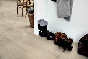 <b>BREDT:</b> Med Pergo Modern Plank får du et vinylgulv som er bredere og større, som gir volum til rommet og et trendy utseende.