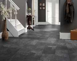 Materialvalg er viktig i gangen. Velg gulv som tåler litt. En større gang, som denne, tåler også litt mørkere farger. (Foto: Gerflor)