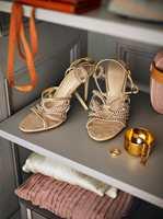 <b>ELEGANT:</b> Et par pene sko fungerer som pynt i gråmalte hyller. Har du treinnredning i din garderobe, kan du male hyllene for et flott uttrykk.