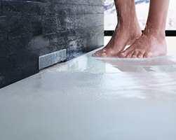 Store gulvfliser er flott, men kan gi problemer med for lite fall mot sluket. Det løser du ved å sette sluket i veggen i stedet for i gulvet!
