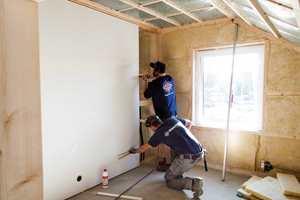 <b>RASKT:</b> Det er enkelt og raskt å montere veggplatene, og før du vet ord av det har du plater som er klar for maling eller tapet. (Foto: Kristian Owren/ifi.no)