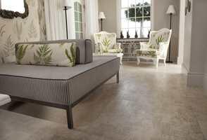 Med kork i overflaten får gulvet et naturlig utseende.
