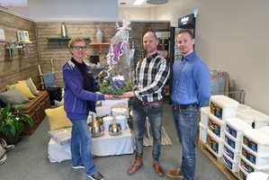 <b>SNAKKIS:</b> Hast maling og interiør AS vil bli en fargehandler folk snakker om. Her er butikksjef Anita Hagerup Straume sammen med Wifa-brødrene Stian og Lars Alexander Wiulsruds.