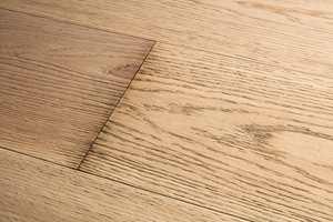 <b>FEIL:</b> Bruk av feil rengjøringsmidler og -metoder kan føre til at gulvet ikke blir rent. Skitt og smuss kan trekke ned i porer, struktur og svake punkt i konstruksjonen.
