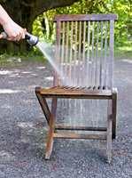 <b>VANN:</b> Treverket må spyles først, slik at det er fuktig.