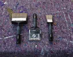 Nye pensler er tatt frem, slik at god dekk sikres med de nye malingene.  Foto: Chera Westman/ifi.no