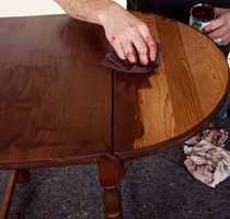 Et gammel og velbrukt bord kan lett friskes opp med et strøk beis.