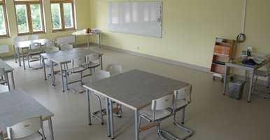 <b>STILLE ROM:</b> På Byleskolen i Taby er det nå lagt 600 kvadratmeter «Upofloor Zero Sound» i klasserom og korridorer. – Gulvet er med på å dempe støy, sier Petra Hellstrøm, assisterende rektor ved skolen.